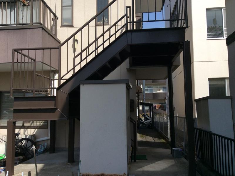 ひび割れのひどいベランダ床のコンクリートの防水工事を行った岐阜市 T様邸 。滑り防止で砂入り塗装を行いました。