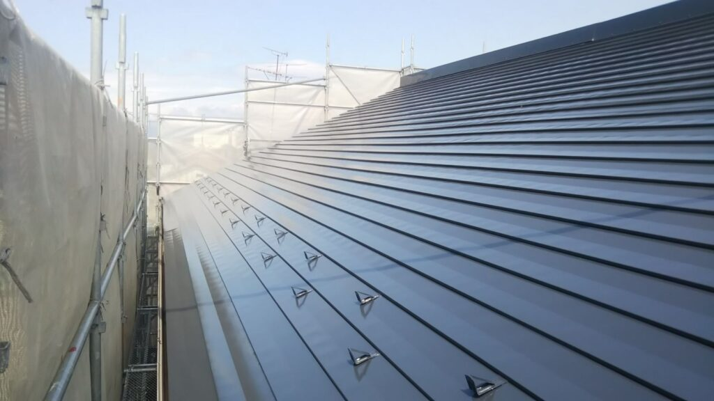 瑞穂市 I 事務所 大きな板金屋根の塗装工事を行いました。