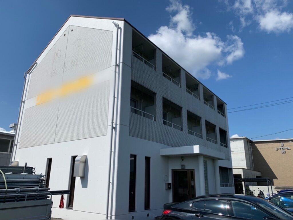 岐阜市 Rアパート 黒ずんだ打ちっぱなしの外壁でしたが塗装してきれいになりました。