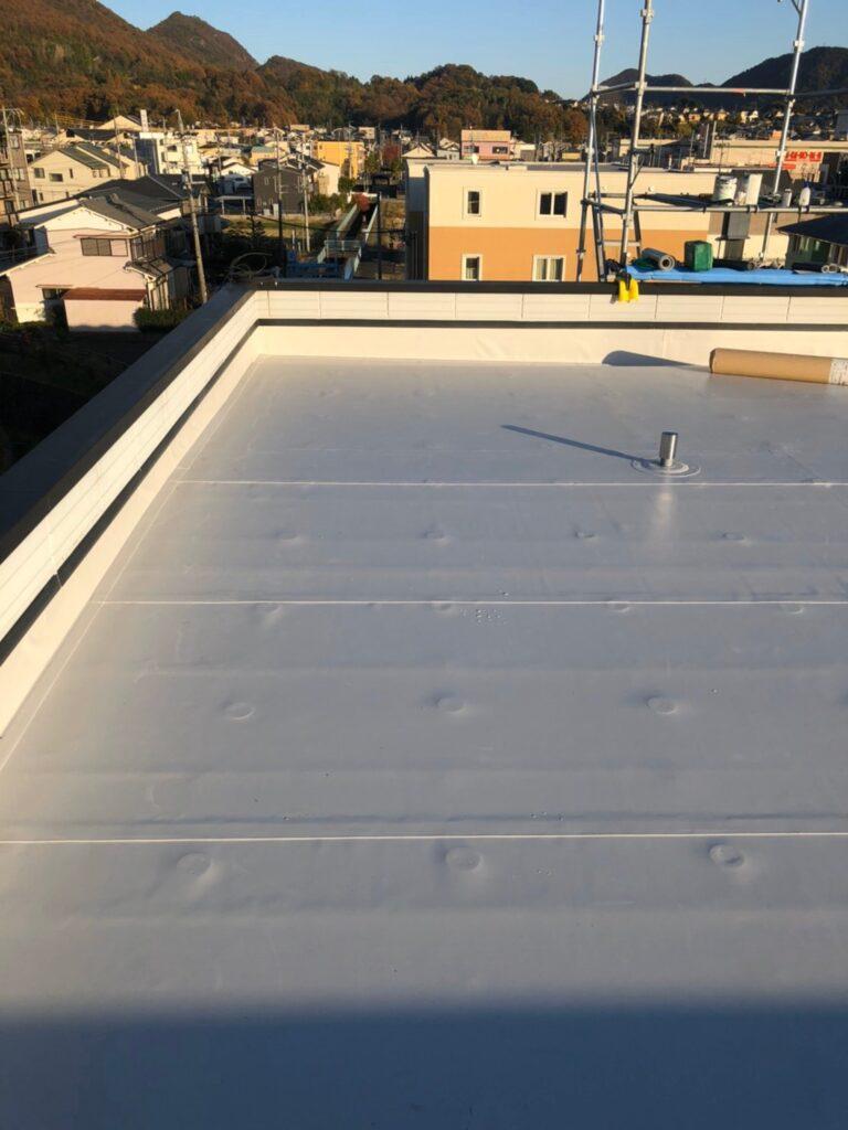 屋上防水塩ビシートの亀裂が原因で雨漏りした岐阜市のF様邸。絶縁塩ビシート防水工事をしました。